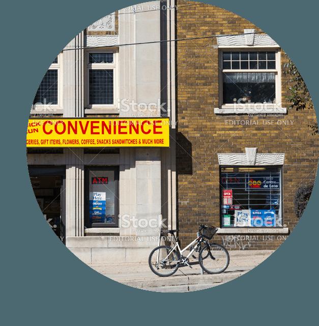Vue d'une rue avec dépanneur et vélo sur le trottoir